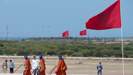 La garde royale marocaine passe devant son drapeau national à l'Institut de Formation aux Métiers des Energies Renouvelables et de l'Efficacité Energétique (IFMEREE) dans la ville de Tanger, le 20 septembre 2015 (image d'illustration).