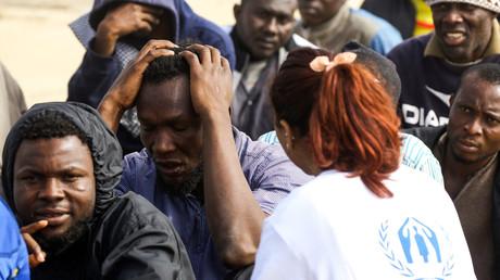 Un agent du Haut Commissariat des Nations Unies pour les réfugiés (HCR) discute avec des migrants subsahariens à Zawiyah, à environ 45 kilomètres à l'ouest de la capitale libyenne Tripoli, le 10 mars 2018 (image d'illustration).