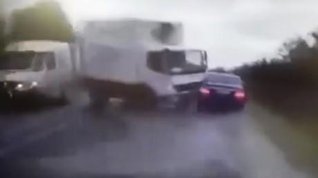 Lorsque le convoi du président moldave heurte un camion de plein fouet (VIDEO)