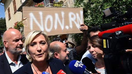 «Cassez-vous !» : Marine Le Pen chahutée dans le Var, le RN dénonce des «nervis gauchistes» (IMAGES)