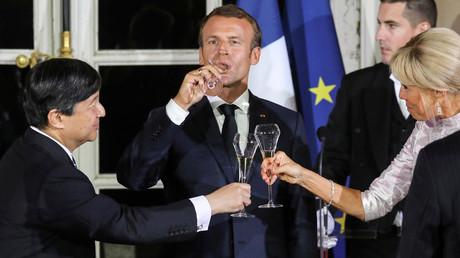 Le prince Naruhito du Japon, Emmanuel Macron et son épouse Brigitte Macron au Palais de Versailles le 12 septembre