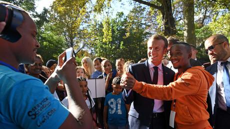 Image d'illustration : Emmanuel Macron en train de faire un selfie le 15 septembre avec des Français lors des journées du patrimoine
