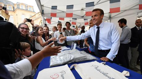 Emmanuel Macron, tout sourire, pour saluer les Français lors des journées du patrimoine le 15 septembre 2018.