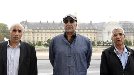 Le president du Comité national de liaison des harkis (CNLH) Boaza Gasmi (à gauche), Rachid Dridi, membre du CNLH (au centre), et Mohamed Badi, porte-parole du CNLH (à droite)