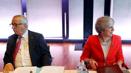 Le premier ministre britannique Theresa May et le président de la Commission européenne Jean-Claude Juncker assistent au sommet informel des dirigeants de l'Union européenne à Salzbourg, en Autriche, le 20 septembre 2018.