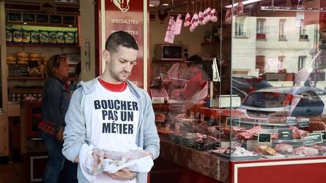 Un militant antispéciste de l'association «Boucherie Abolition» mène une action devant une boucherie à Paris, le 22 septembre