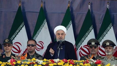 Le président iranien, Hassan Rohani, donnant un discours devant la parade militaire avant l'attaque terroriste.