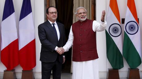 Le président François Hollande serre la main du Premier ministre indien Narendra Modi à New Delhi, le 25 janvier 2016