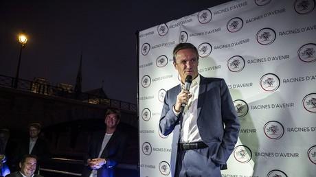 Nicolas Dupont-Aignan prononce un discours lors de la soirée du lancement de la campagne d'Erik Tegner pour la présidence des Jeunes LR, le 5 septembre 2018 (image d'illustration).
