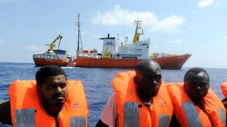 Des migrants secourus par l'ONG SOS Méditerranée et Médecins sans frontières, au large des côtes libyennes, en août 2018 (image d'illustration).