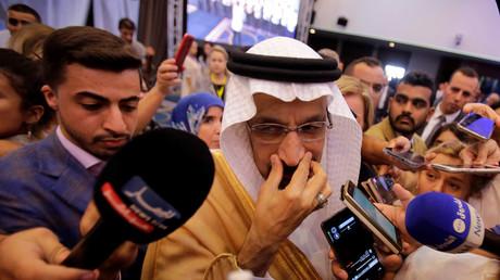 Le ministre saoudien de l'énergie, Khalid al-Falih, s'entretient avec les médias lors du comité ministériel de suivi de l'OPEP à Alger, en Algérie, le 23 septembre 2018.