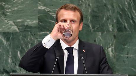 Emmanuel Macron s'hydrate après un discours enflammé, le 25 septembre à l'Assemblée générale de l'ONU à New York