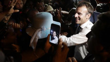 La cote de popularité d'Emmanuel Macron poursuit sa dégringolade.