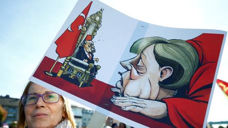 Une manifestante anti-Erdogan à Cologne, le 29 septembre.