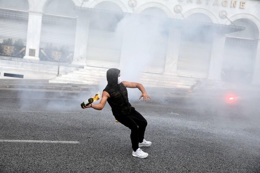 «De l'argent pour l'éducation, pas pour les massacres de l'OTAN» : violences à Athènes (IMAGES)