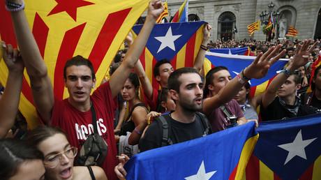 A Barcelone, le 1er octobre 2018, les étudiants brandissent des drapeaux catalans lors d'une manifestation commémorant le premier anniversaire du référendum sur l'indépendance de la Catalogne invalidé par Madrid. .