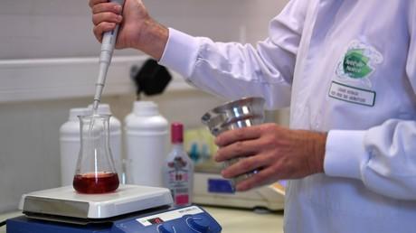 Un employé effectuant des tests dans un laboratoire (image d'illustration).