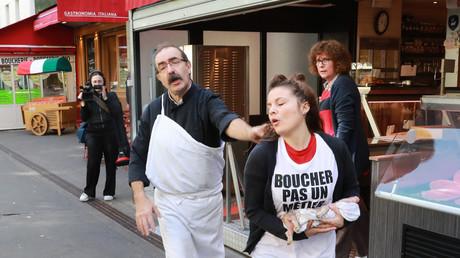Un boucher chasse une jeune militante, membre d'un groupe vegan et anti-spéciste, à Paris le 22 septembre 2018.