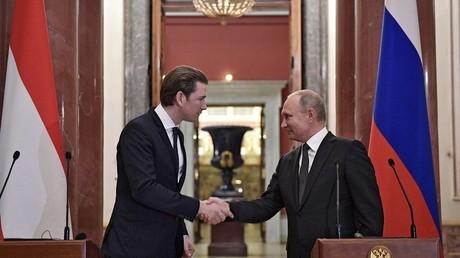 Le chancelier autrichien Sebastian Kurz et le président russe Vladimir Poutine lors d'une conférence de presse conjointe, le 3 octobre à Saint-Pétersbourg (image d'illustration).