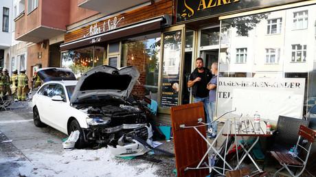 Une voiture rentre dans un café à Berlin, la police écarte la piste terroriste
