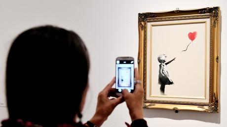 Tout juste vendue aux enchères pour plus d'un million d'euro, une œuvre de Banksy s'auto-détruit