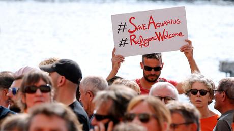 Des milliers de personnes manifestent pour que le navire Aquarius puisse retourner en mer, le 6 octobre 2018 à Marseille.