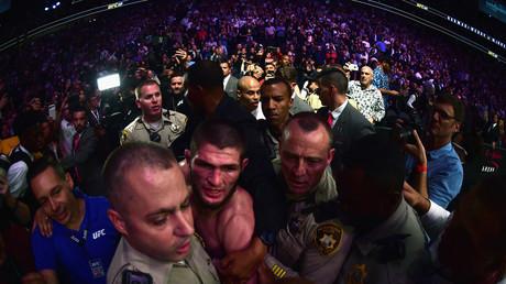 Khabib Nourmagomedov escorté par la sécurité après sa victoire contre Conor McGregor.