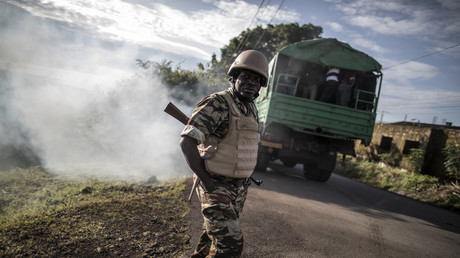 Des responsables de bureaux de vote, sous forte escorte armée, ont été déployés dans les banlieues désertes de Buea pour tenter de mettre en place des bureaux de vote, le 7 octobre 2018.