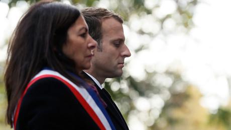 Emmanuel Macron et Anne Hidalgo lors d'une cérémonie de commémoration des attaques terroristes de novembre 2015 à Paris.