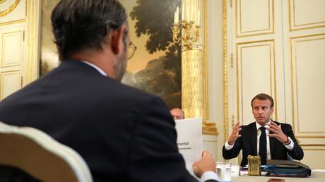 Le président français Emmanuel Macron discute  avec le Premier ministre Edouard Philippe en conseil des ministres à l'Elysée, le 5 septembre 2018 à Paris.