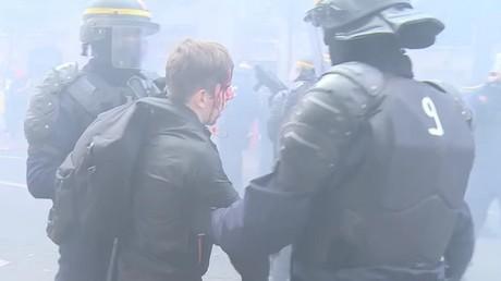 Paris : affrontements entre manifestants et policiers, un jeune blessé à la tête (VIDEO)