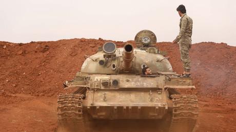 Des rebelles sécurisent un char d'assaut dans le cadre de l'accord de démilitarisation d'une zone dans la province d'Idleb le 9 octobre 2018.