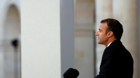 Emmanuel Macron rend hommage à Charles Aznavour.