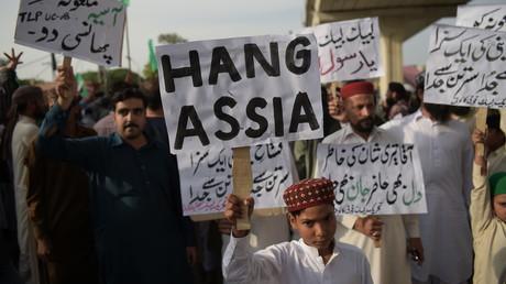 Les partisans de Tehreek-e-Labaik Pakistan (TLP), un parti politique religieux extrémiste, manifestent à Rawalpindi le 12 octobre 2018, exigeant que soit pendue Assia Bibi, une femme chrétienne condamnée à mort.