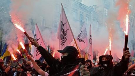 Des militants d'extrême droite défilent à travers Kiev.