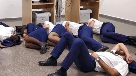 Des stewards et hôtesses de l'air de Ryanair, allongés dans une salle d'opérations à l'aéroport de Malaga le 13 octobre.