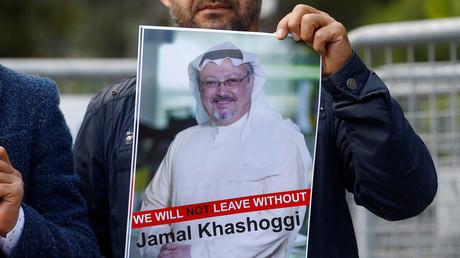 Un manifestant tient une photo du journaliste Jamal Khashoggi devant le consulat d'Arabie saoudite à Istanbul.