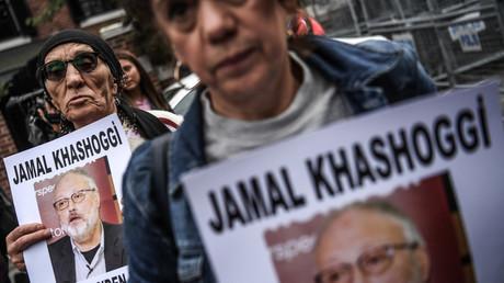 Des manifestants tiennent dans leurs mains des affiches de Jamal Khashoggi, le 8 octobre à Istanbul (image d'illustration).