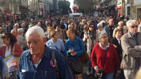A Paris, les retraités battent le pavé pour sauver leurs pensions (IMAGES)