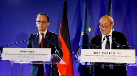 Le ministre français des Affaires étrangères, Jean-Yves Le Drian (à droite), et son homologue allemand Heiko Maas, prononçant un discours à Paris, le 16 octobre 2018 (image d'illustration).