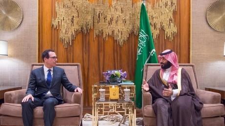 Le secrétaire d'Etat américain au Trésor, Steven Mnuchin, en compagnie du prince héritier saoudien et homme fort du royaume, Mohammed ben Salmane, à Riyad, le 22 octobre 2018.