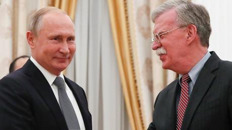 Poutine plaisante avec Bolton sur les armoiries américaines (VIDEO)