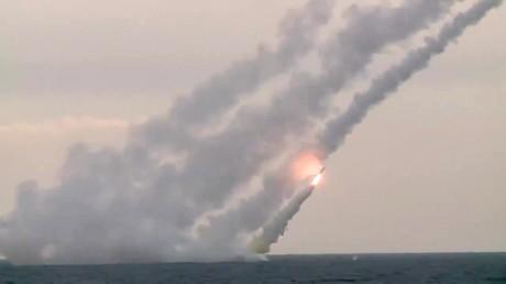 Des missiles Kalibr lancés depuis le sous-marin Kolpino visant les positions de Daesh à Abou Kamal, en Syrie, le 3 novembre 2017 (image d'illustration).