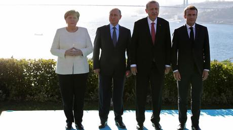 Recep Tayyip Erdogan, Vladimir Poutine, Emmanuel Macron et Angela Merkel réunis lors du sommet d'Istanbul, le 27 octobre 2018.
