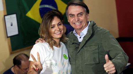 Jair Bolsonaro et son épouse Michelle posent devant les photographes dans un bureau de vote de Rio de Janeiro, au Brésil, le 28 octobre 2018.