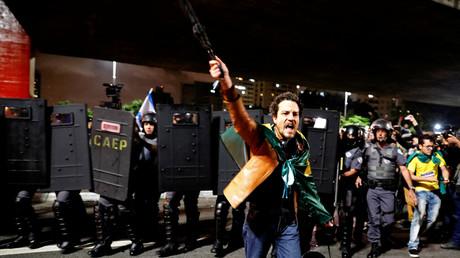 Entre joie et désespoir, le Brésil se réveille coupé en deux après l'élection de Bolsonaro (IMAGES)