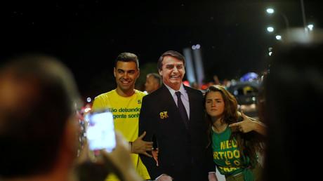 Jair Bolsonaro entouré de partisans, après sa victoire à l'élection présidentielle brésilienne.