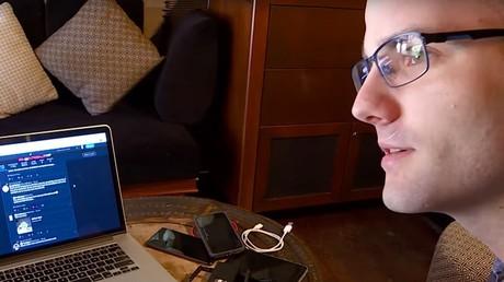 Découvrez ce lanceur d'alerte français qui traque les applications et sites abusifs (VIDEO)