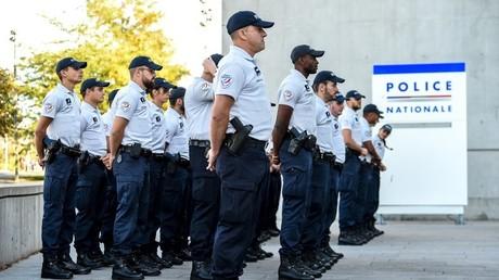 Des policiers attendent l'ancien ministre de l'Intérieur Gérard Collomb en visite, à Lille, septembre 2018 (image d'illustration).