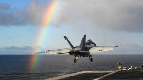 Un F/A-18E décolle depuis un navire américain en Norvège, dans le cadre des exercices militaires de l'OTAN.